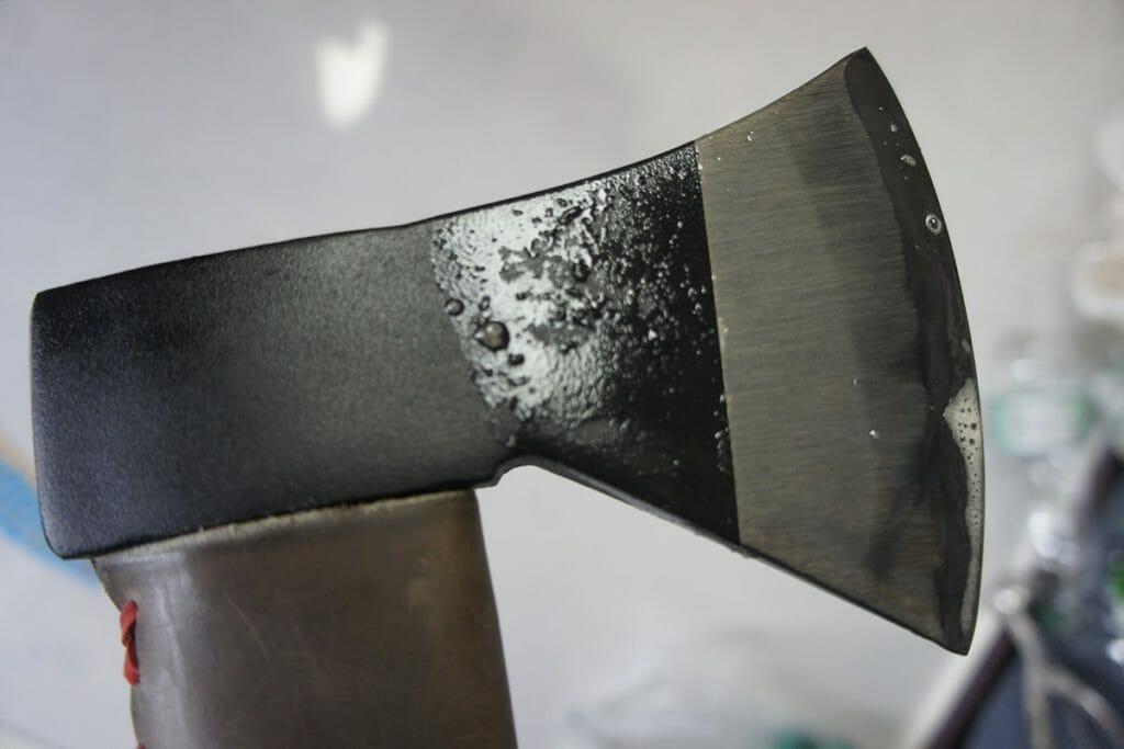 手斧の黒錆加工水洗い前