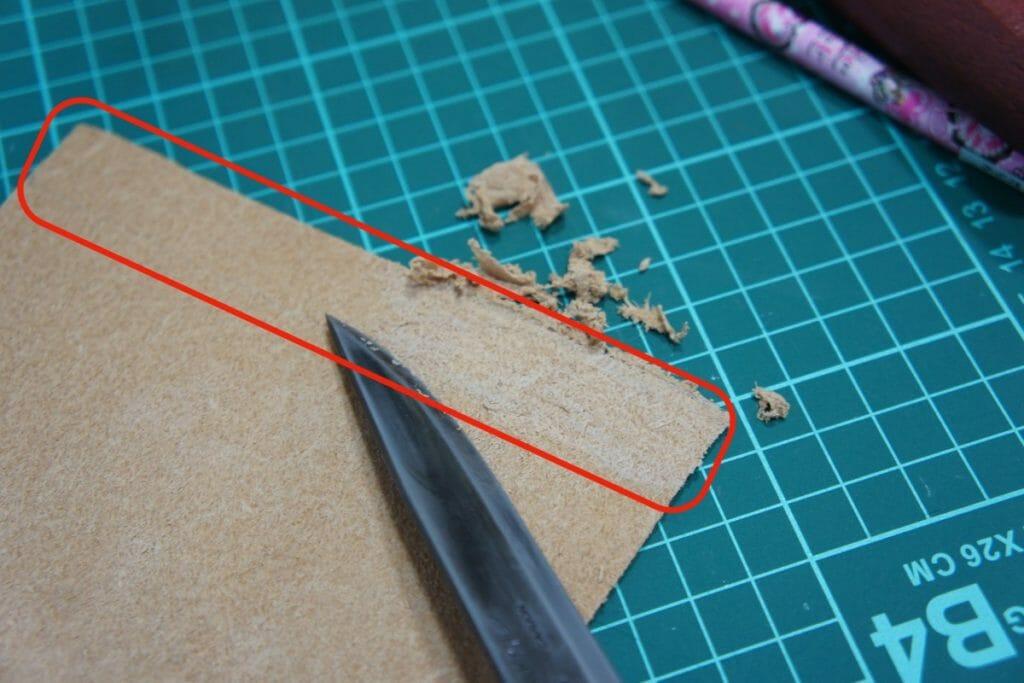 プーッコシース 折り返し部分の革を剥ぐ