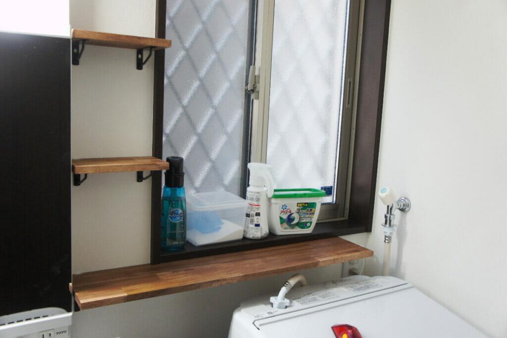 洗面所へのアカシア集成材の棚板取り付け