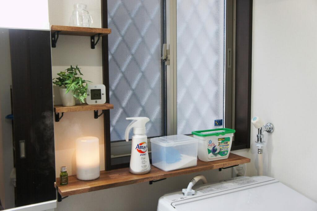 洗面所 アカシア集成材の棚板に色々設置