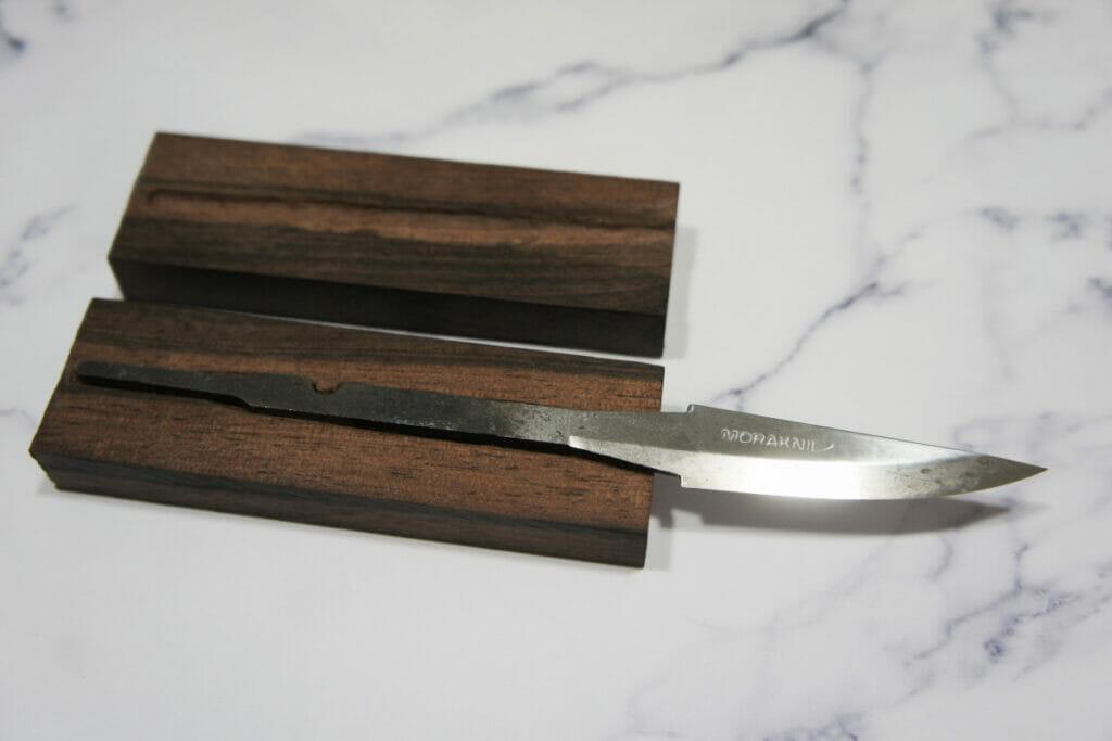 カービングナイフ ハンドルのタング用穴あけ